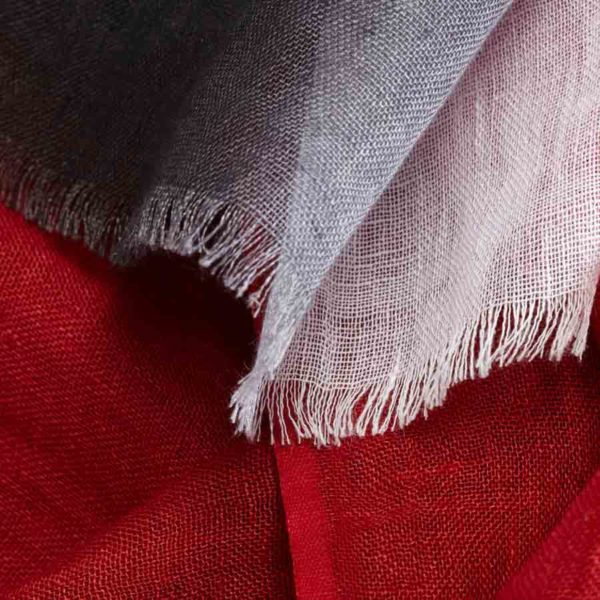Ce chèche en lin rouge et gris Trestignel - AV08 Paris & Heureux comme un Prince